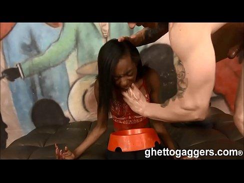 Jonge dame misbruikt tot keelneuk hoertje gedwongen tot kotsen
